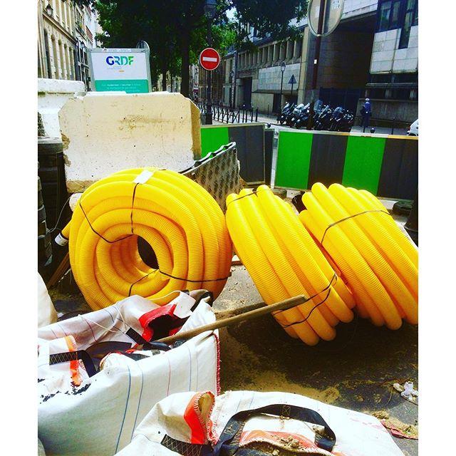 Doughnuts in the streets of Paris #doughnuts #frittelle #homer #homersimpson #yellow #paris #summerinthecity