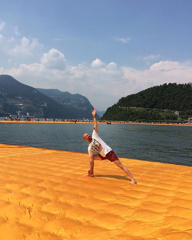 a moment of exhibitionism and glory for #internationalyogaday #summersolstice remembering one the best days of my life #christo #floatingpiers #lagodiseo #asana #triconasana #orange #yogabikramparis #publicimagepr #liviofacchini #moimoimoi